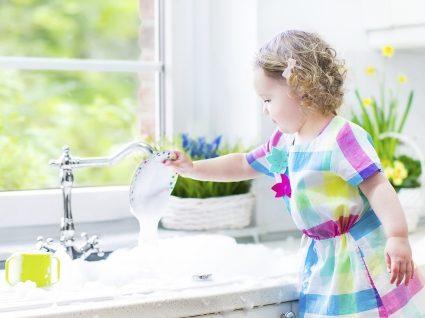 Tarefas domésticas para as crianças: a partir dos 2 anos, elas já podem ajudar