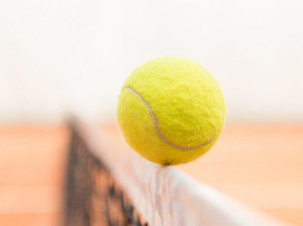 Sabe porque deve voar com uma bola de ténis?