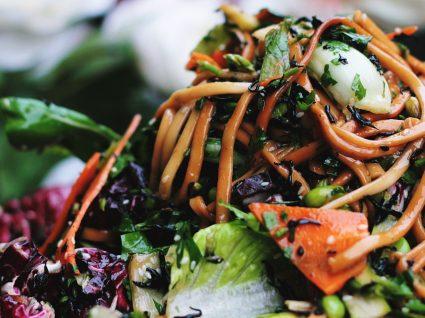 3 saladas quentes com massa para aquecer a primavera