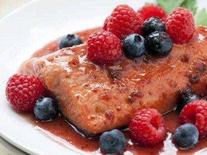 Receita de tranches de salmão com molho de frutos vermelhos [com vídeo]