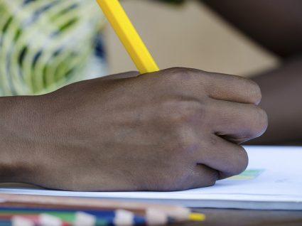 ''Um lápis por uma Escola'' leva o Natal mais longe