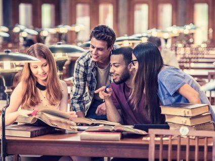 estudantes juntos na biblioteca