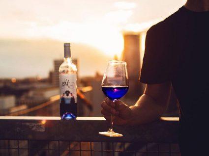 Farto de branco ou tinto? Beba vinho azul