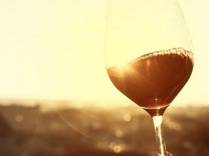 Porque deve preferir vinho tinto a vinho branco? Há uma nova razão