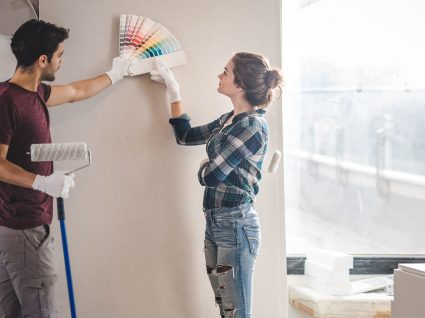 Como combinar duas cores na sala e valorizar o espaço