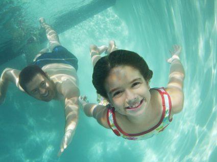 Conheça as razões pelas quais nunca deve engolir água da piscina