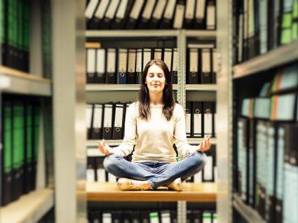 Yoga no trabalho: 5 posições para melhorar a sua saúde