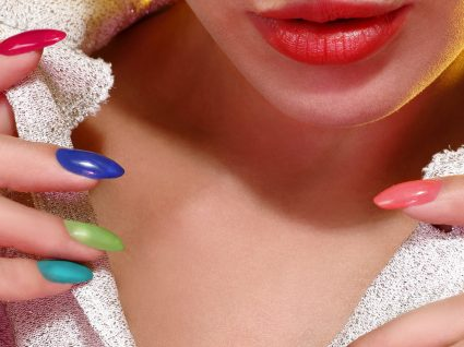Beleza: a nova tendência é pintar uma unha de cada cor