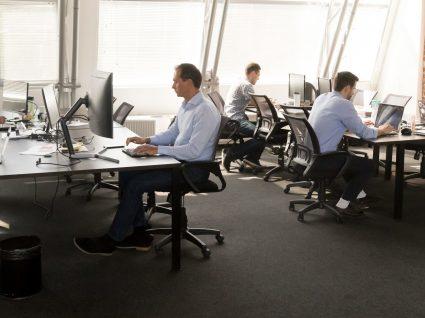 pessoas a trabalhar em open space