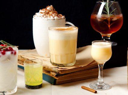 vários copos de bebidas diferentes em cima de uma mesa