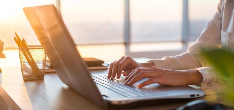 mulher usa computador windows
