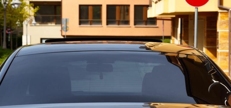 carro com vidro escurecido