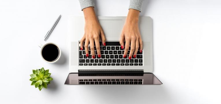 mulher usa o computador