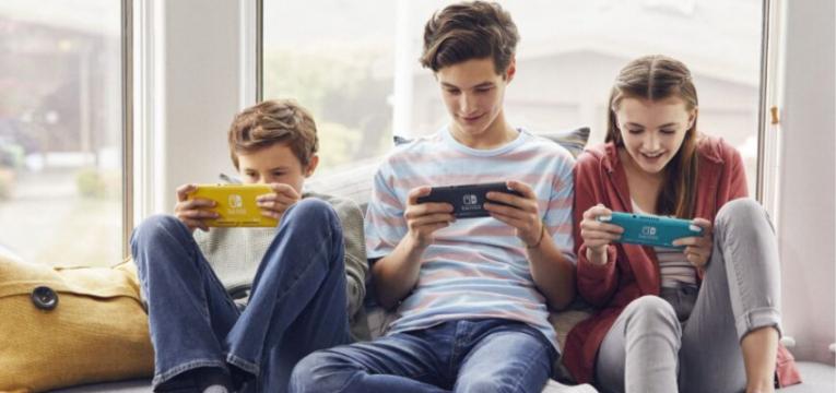 criancas jogam nintendo switch lite