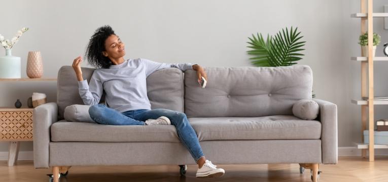 mulher sentada no sofa