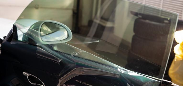colocar pelicula escura no vidro do carro