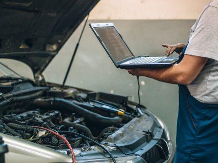 mecânico a analisar binário do motor