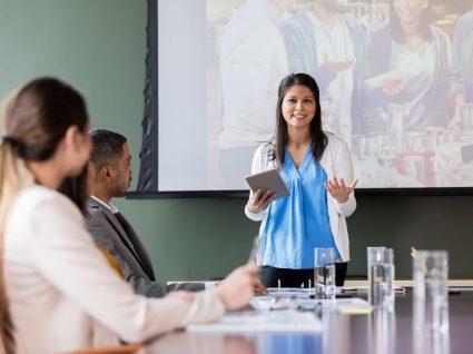 líder em reunião com equipa