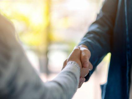 duas pessoas a cumprimentar-se após negociar salário