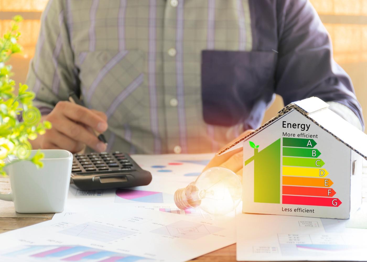 pessoa a calcular eficiência e sustentabilidade da casa