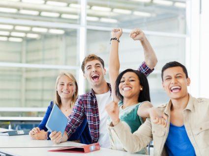 alunos a celebrar entrada em cursos com mais saída profissional