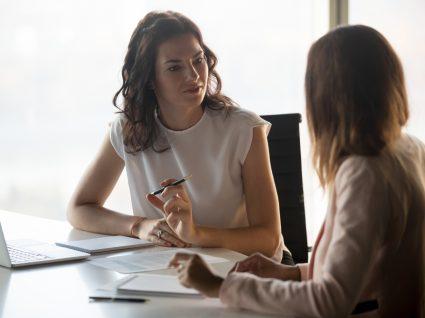 candidata a fazer perguntas numa entrevista de emprego
