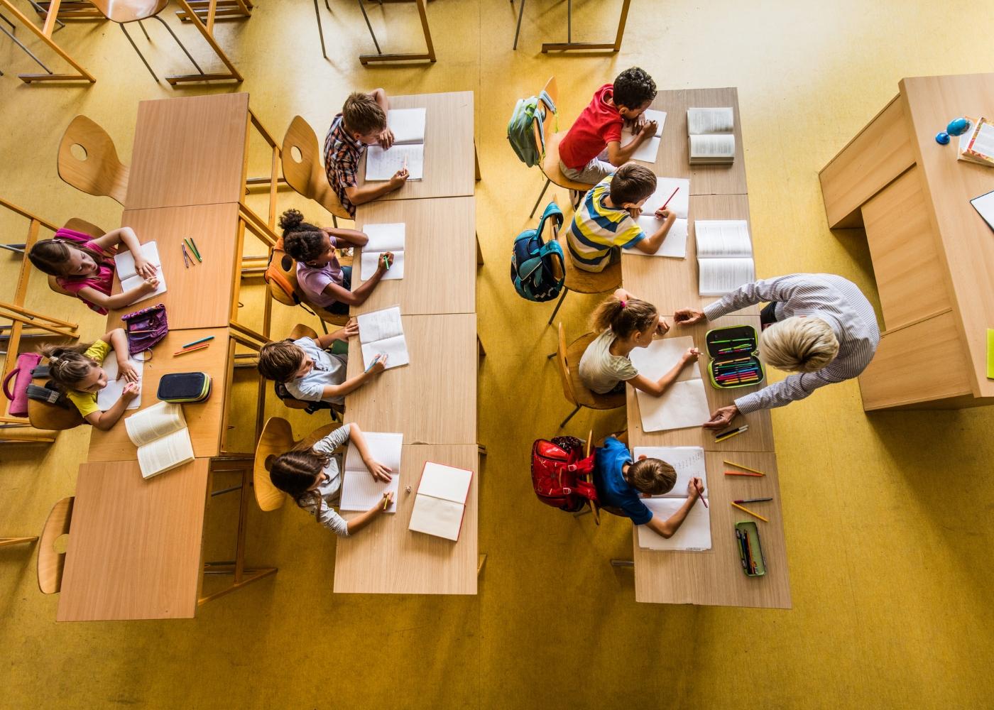 crianças em aula para combater insucesso escolar