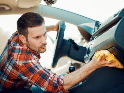 Homem a limpar carro