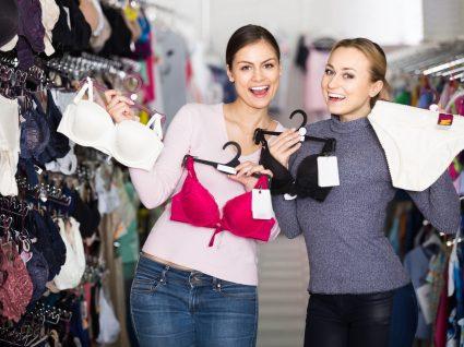 Mulheres a comprar lingerie com desconto