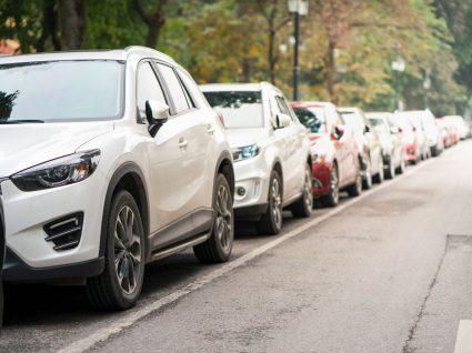 veículos de marcas de carros portugueses estacionados na estrada