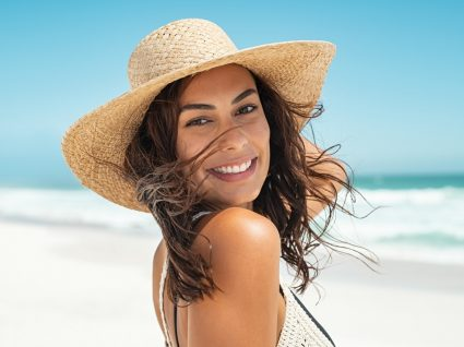 Mulher a usar máscaras de cabelo pós sol
