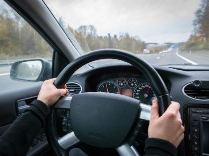 pessoa a conduzir para testar a performance do carro