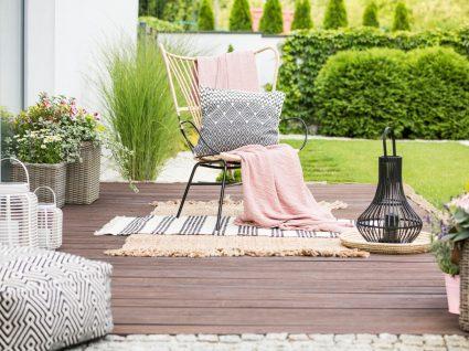 alpendre com cadeira e plantas