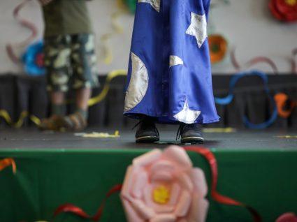 criança no palco a fazer uma peça de teatro infantil