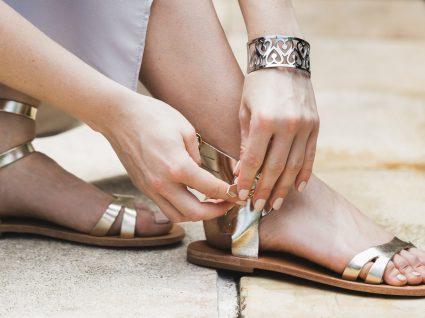 Sandálias metalizadas: saiba como usá-las no dia a dia!