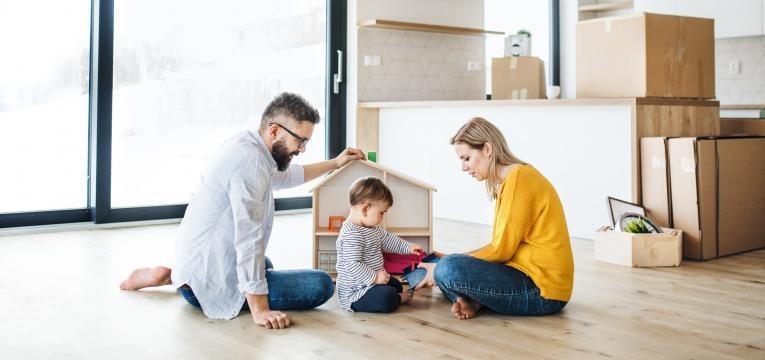 família a brincar com o bebé