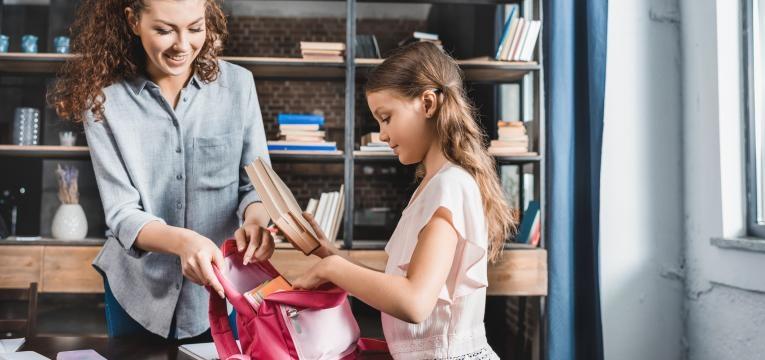 mãe ajuda filha a preparar o regresso às aulas