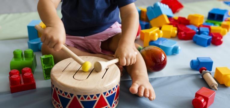 criança a tocar tambor