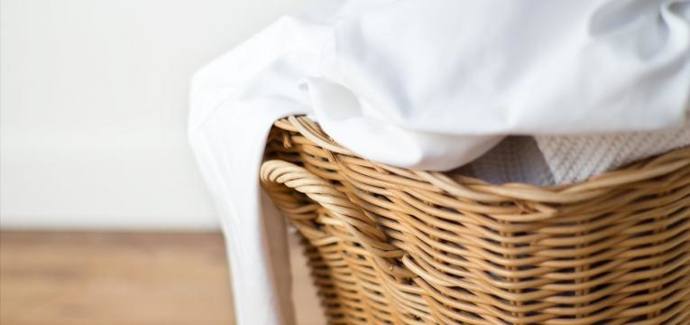 como tirar manchas da roupa branca