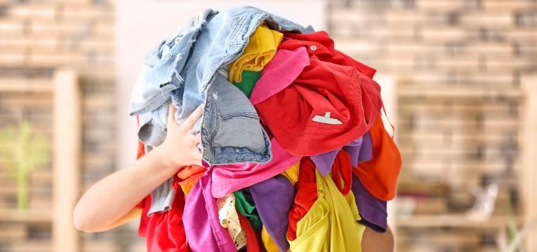 como tirar manchas da roupa colorida