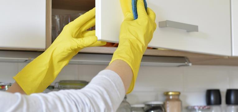 limpar os armários de cozinha