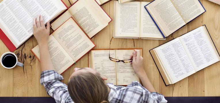 jovem a estudar para aprender na universidade