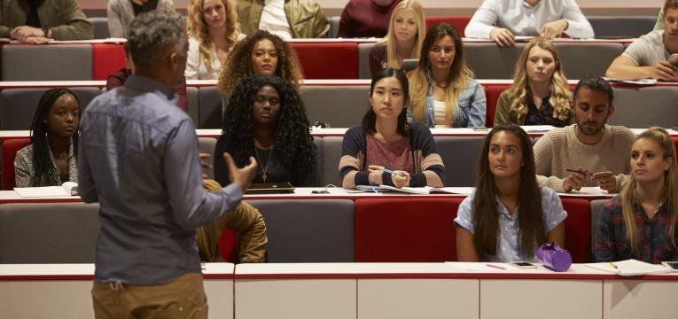 professor a dar aula em auditório