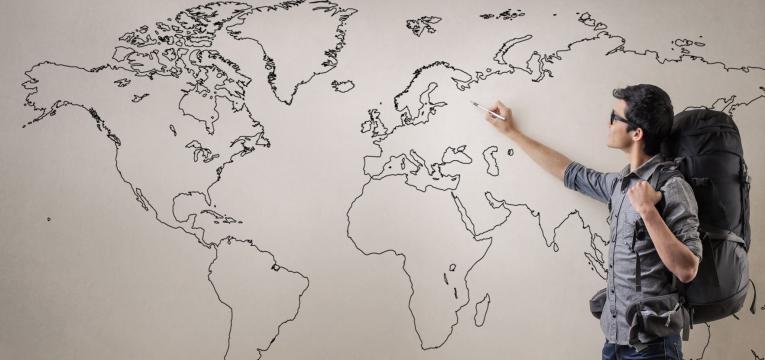 jovem a escolher o país para fazer intercâmbio na universidade