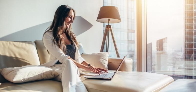 mulher a ver no computador blogs de decoração