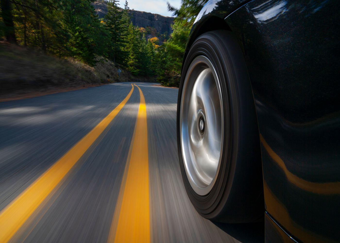close up na roda de um carro rápido a andar