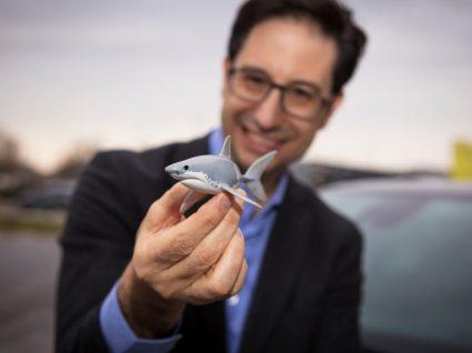 CEO da Opel com um tubarão na mão