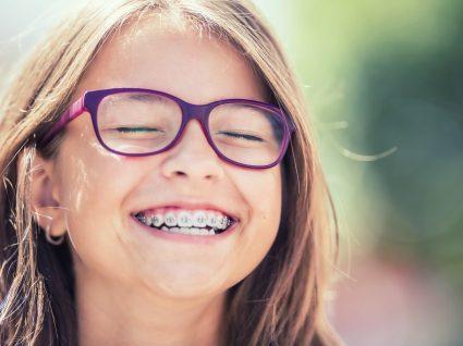 Criança com aparelho dentário
