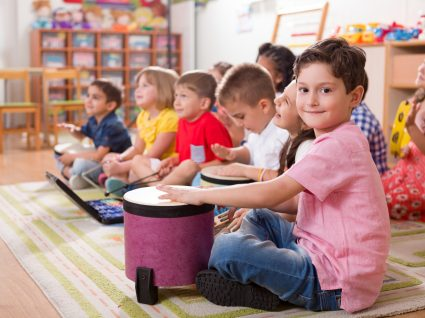 turma de crianças a tocar instrumentos musicais
