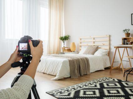mulher a tirar fotografia ao quarto